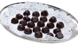 Behälter von köstlichen Schokoladenbonbons, Nahaufnahme Stockbilder