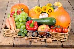 Behälter von Obst und Gemüse von auf Holz Lizenzfreies Stockfoto