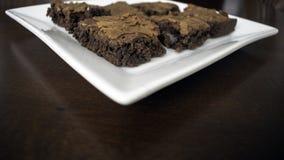 Behälter von Schokoladenkuchen auf Tabelle stockbild