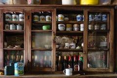 Behälter wie Zinkschalen, -schüsseln und -flaschen Bier im hölzernen Kabinett im Gemischtwarenladen an Tal Thangu und Chopta im W Stockfotografie