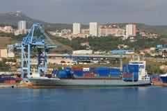 Behälterfördermaschine im Hafen Marseille, Frankreich Lizenzfreie Stockbilder