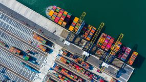Behälterfracht-Frachtschiff mit Arbeitskranbrückenentladung am Containerbahnhof, von der Luftdraufsichtcontainerschiff in Tiefsee lizenzfreies stockfoto
