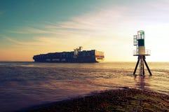 BehälterFrachtschiff lizenzfreie stockbilder