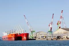 BehälterFrachtschiff angekoppelt im Hafen lizenzfreie stockfotos