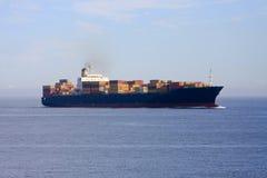 BehälterFrachtschiff in Meer. lizenzfreie stockbilder