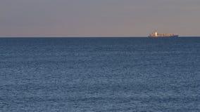 BehälterFrachtschiff in Meer stockfoto
