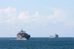 BehälterFrachtschiffe, die in Meer überschreiten Stockfotos