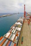 Behälteroperation im Hafen mit Kränen und Bockladen/Entladungsbehältern Stockfoto