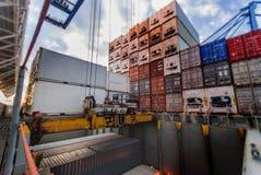 Behälteroperationen - Tilbury, Großbritannien lizenzfreie stockfotos