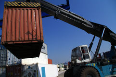 Behältertransportfahrzeugnahaufnahme am Hafen stockbild
