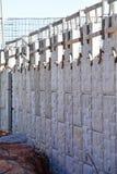 Behållande vägg för mellanstatlig huvudväg under konstruktion Arkivbild