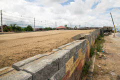 Behållande väggar för svart plast- ingrepp, betongkuber Arkivfoto