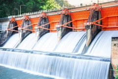 Behållardragningar Kiu Lom Dam arkivfoto
