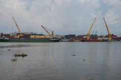 Behållare är olastade från ett skepp i Ho Chi Minh City, Vietnam royaltyfri foto