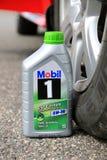 Behållare av fullständigt syntetisk motorisk olja Mobil1 royaltyfria bilder