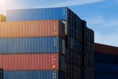 Behållare boxas från lastfraktskeppet för importexporten, logisti fotografering för bildbyråer
