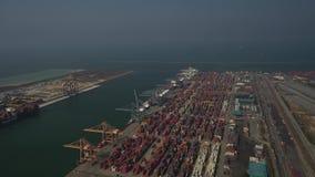 Behållare boxas på Laem Chabang port för import och export i Thailand lager videofilmer