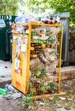Behållare för att samla plast- flaskor arkivbilder