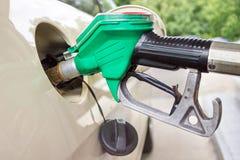 Behållare för bil för pistolfattande fyllnads- med bensin Arkivfoto