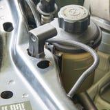 Behållare för bilmaktstyrande olja royaltyfria foton