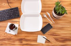 Behållare för mat på en trätabell i kontoret Royaltyfri Fotografi