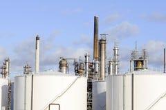 behållare för oljeraffinaderilagring Arkivfoton