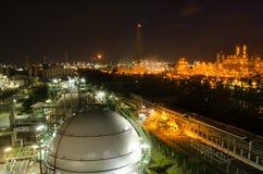 Behållare för sfärer för gaslagring på natten Arkivfoton