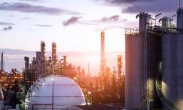 Behållare för sfärer för gaslagring i oljeraffinaderiväxt Arkivbild