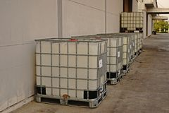 Behållare för vätskelagring i lagret och fabriken, plast- lagringsvals Royaltyfri Fotografi