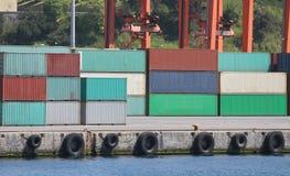Behållare i en port Royaltyfri Bild