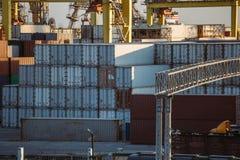 Behållare i industriell port för havsfrakter Logistik och lastfartygtrans. och leverans arkivfoto