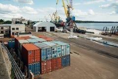 Behållare, import, export och affär som är logistiska vid kranen Handelportskepp, last som ska härbärgeras royaltyfri fotografi