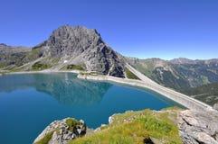 Behållare Lake Lünersee i alpsna i Österrike Royaltyfri Fotografi