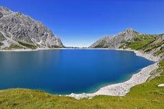 Behållare Lake Lünersee i alpsna i Österrike Royaltyfri Foto