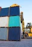 Behållare med gaffeltruckpäfyllningsgods som åker lastbil importexporten int Royaltyfri Fotografi