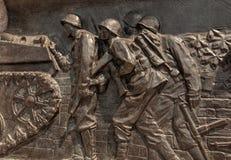 Behållare och infanterister--Minnesmärke för världskrig II Arkivbilder