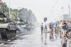 Behållare och kroatisk armé i mitten av Zagreb Arkivbilder