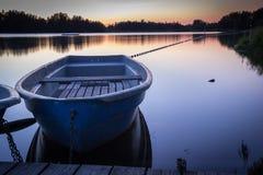 Behållare på skymning med ett fartyg i förgrunden - Sachsen, Tyskland Fotografering för Bildbyråer