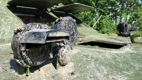 Behållare som är smutsig i skog stock video