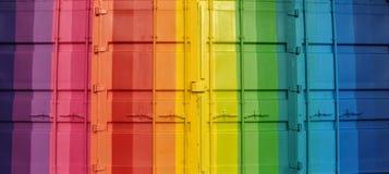 Behållare som målas i regnbågefärger arkivfoton