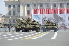 Behållare T-90 i slottfyrkant Repetitionen av segern ståtar i St Petersburg Royaltyfri Bild