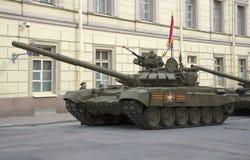 Behållare T-90 på den Millionnaya gatan Att förbereda sig för repetitionen av ståtar i heder av segerdagen i St Petersburg Arkivfoton