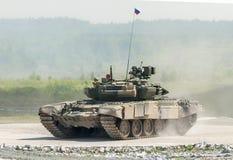 Behållare T-80s i rörelse Arkivbild