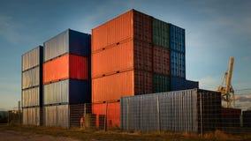 Behållarebuntar i porten av Hamburg i bra väder arkivfoto