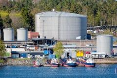 Behållarebussgarage för olje- produkt i Stockholm industriell havsport sweden Royaltyfri Bild