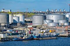Behållarebussgarage för olje- produkt i Stockholm industriell havsport sweden Royaltyfria Foton