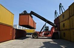 behållaregaffeltrucken flyttar lastbilen Royaltyfri Fotografi
