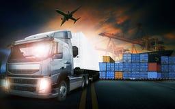 Behållarelastbil, skepp i port och fraktlastnivå i transpo fotografering för bildbyråer
