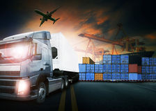 Behållarelastbil, skepp i port och fraktlastnivå i transpo arkivbilder