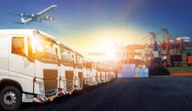 Behållarelastbil, skepp i port och fraktlastnivå i transpo Arkivbild